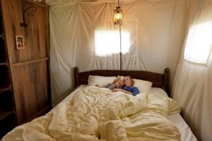 Chambre des parents au Glamping un lit au pré