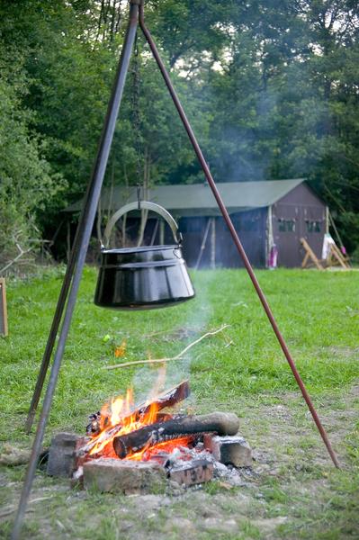 Chaudron feu de bois au Glamping un lit au pré