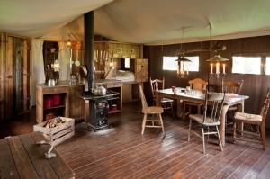 Coin salle à manger avec lit clos au glamping Un lit au Pré à La Ferme des Champeaux à Saint-Amand-le-Petit en Limousin