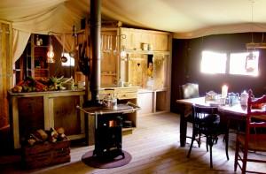 Coin salle à manger avec lit clos au glamping Un lit au Pré à La Ferme de la Moricière à Sartilly en Basse-Normandie