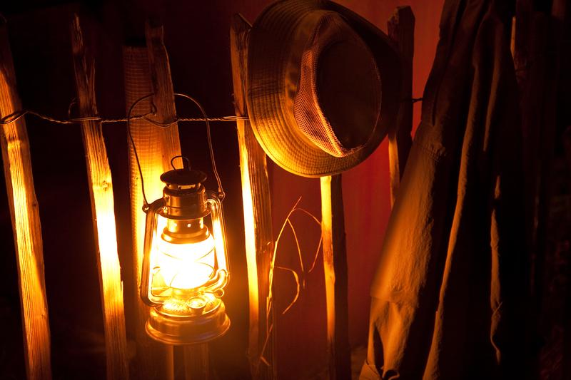 Détail intérieur lampe au Glamping un lit au pré
