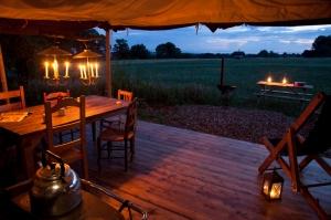 Terrasse tente bougies au glamping Un lit au Pré au Domaine du Cloître Saint-Christophe à Saint-Mihiel en Lorraine