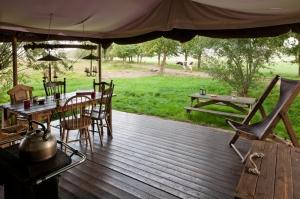 Terrasse de la tente au glamping Un lit au Pré à La Ferme de Penquelen Huella à Scaër en Bretagne