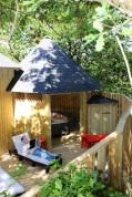 Terrasse du Manoir dans les arbres au glamping Défi'Planet de Dienné à Dienné en Poitou-Charentes