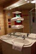 Salle d'eau du Manoir au glamping Défi'Planet de Dienné à Dienné en Poitou-Charentes
