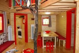 Salon du Manoir dans les arbres au glamping Défi'Planet de Dienné à Dienné en Poitou-Charentes