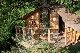 Cabane dans les arbres au glamping DéfiPlanet' à Dienné en Poitou-Charentes
