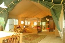 Intérieur tente safari au glamping Le Grand Bois à Le Poët Célard en Rhône-Alpes