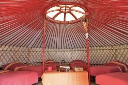 Intérieur de la yourte mongole, mobilier traditionnel au glamping DéfiPlanet' à Dienné en Poitou-Charentes