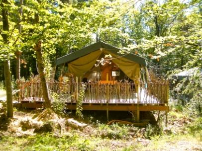 Tente safari et environnement au glamping Le Grand Bois à Le Poët Célard en Rhône-Alpes
