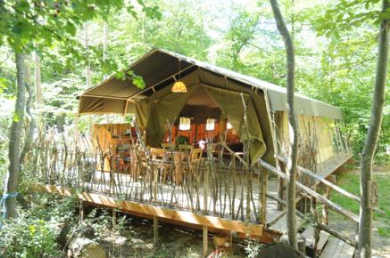 Terrasse tente safari au glamping Le Grand Bois à Le Poët Célard en Rhône-Alpes