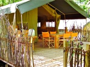 Terrasse et coin repas tente safari au glamping Le Grand Bois à Le Poët Célard en Rhône-Alpes