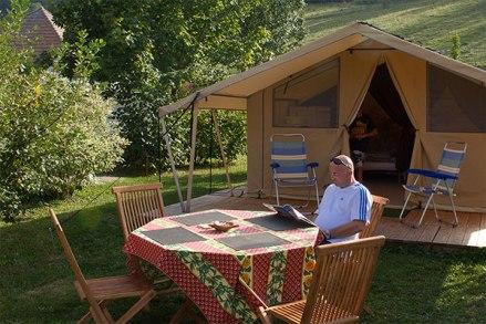 Extérieur tente Cotton Lodge Nature au glamping Camping Belle Roche à Lalley en Rhônes-Alpes