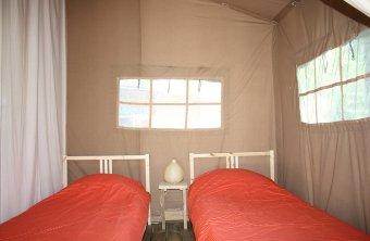 Chambre 2 lits simples tente safari au glamping La Verte à Villars en Aquitaine