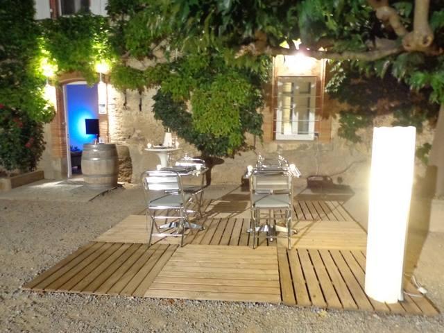 L'heure du dîner au glamping Les Chambres Bulles du Château Belvize à Bize Minervois en Languedoc-Roussillon