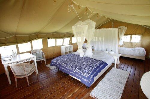 Intérieur cosy et spacieux de la tente safari au glamping Simply Canvas à Saint-Jean-de-Duras en Aquitaine