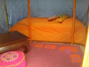 Intérieur de la yourte 2 personnes au glamping Camping des Cerisiers à Guillac en Bretagne