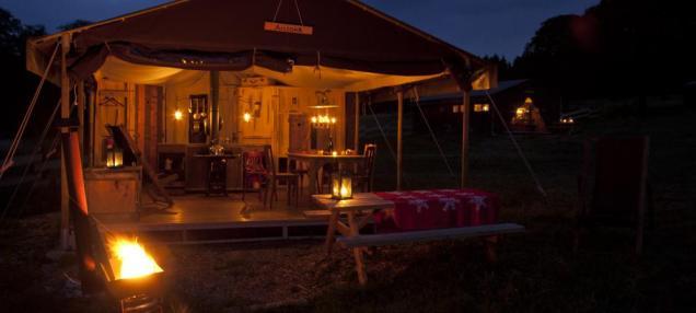 Extérieur de la tente avec terrasse couverte au glamping le Domaine de Villiers à Chassy en Centre Val de Loire