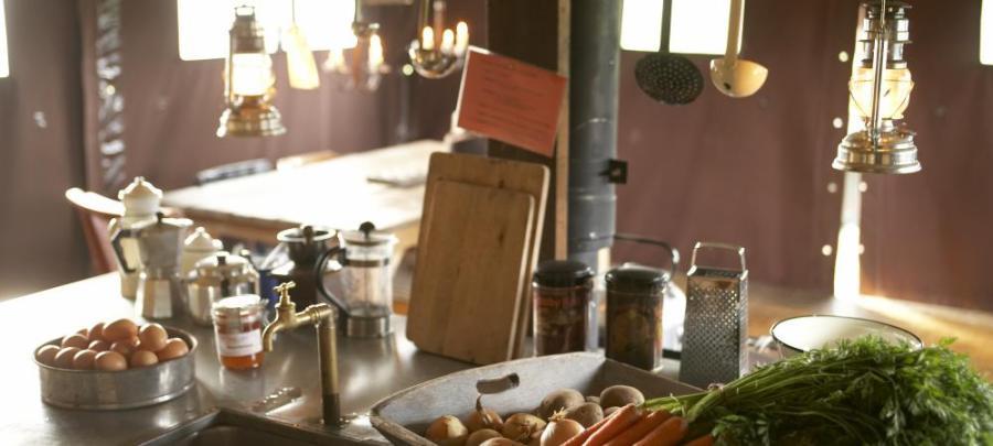 Coin cuisine et produits de la ferme au glamping le Domaine de Villiers à Chassy en Centre Val de Loire
