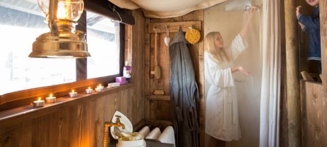 Salle de bain Tente Noble au glamping le Domaine de Villiers à Chassy en Centre Val de Loire