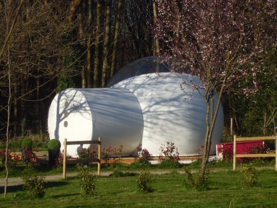 Bubble room bulle pour 2 personnes au glamping Camping des Cerisiers à Guillac en Bretagne
