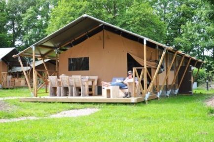Tente lodge 5 personnes avec terrasse au glamping du Clos de Saires à Saires en Poitou-Charentes