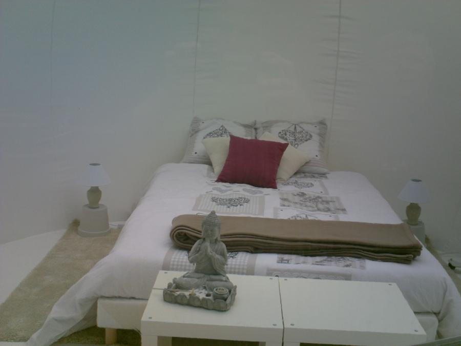 Intérieur Bubble Room au glamping Camping des Cerisiers à Guillac en Bretagne