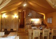 Intérieur bois - Coin cuisine et salle à manger - tente lodge 5 personnes au glamping du Clos de Saires à Saires en Poitou-Charentes
