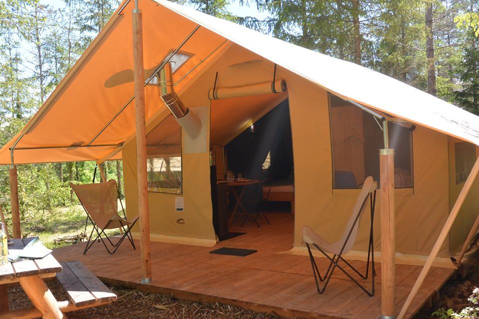 tente trappeur avec sa terrasse couverte glamping en france. Black Bedroom Furniture Sets. Home Design Ideas