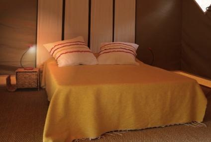 Chambre dans tente lodge au glamping La Grande Oust à Bains sur Oust en Bretagne