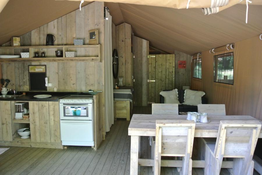 Coin cuisine et repas du Lodge au glamping Lo Rey du Lac à Hossegor en Aquitaine