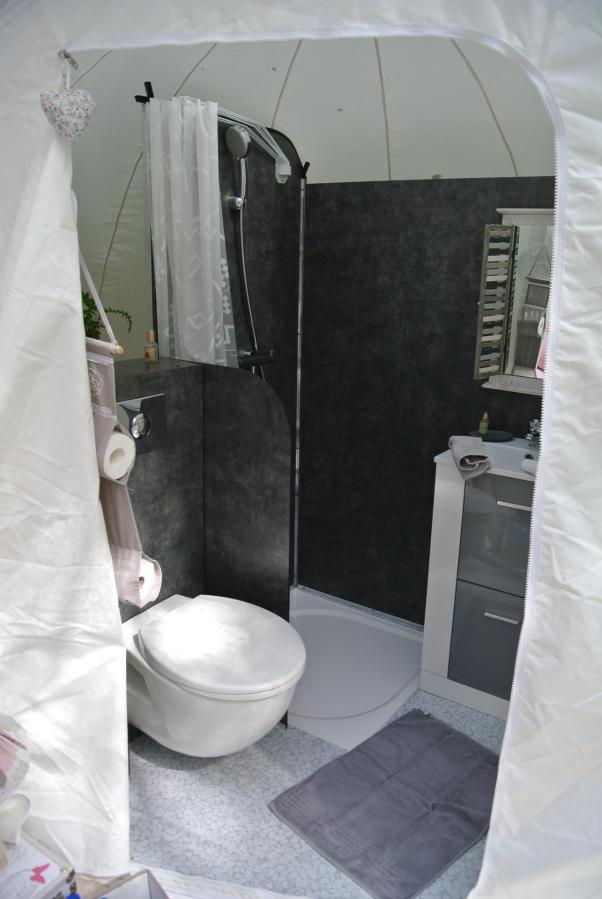 Coin salle de bain de la Bulle au glamping Lo Rey du Lac à Hossegor en Aquitaine