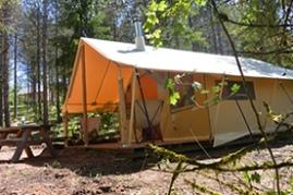 La tente Trappeur dans un environnement nature au glamping Huttopia à Senonches en Centre Val de Loire