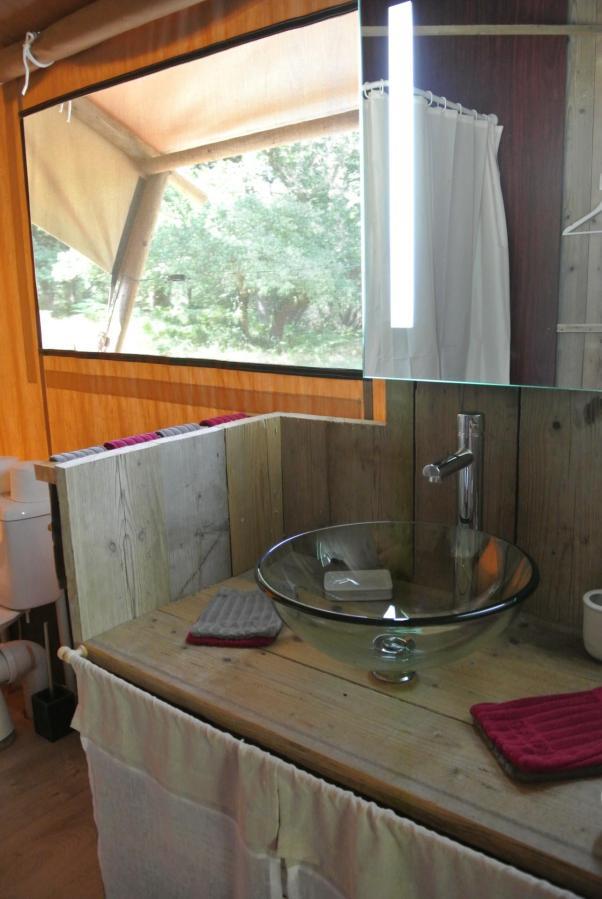 Salle de bain du Lodge au glamping Lo Rey du Lac à Hossegor en Aquitaine