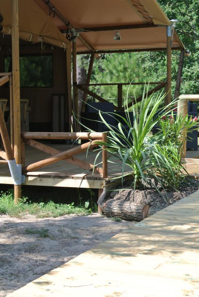 Le Lodge avec sa terrasse en bois au glamping Lo Rey du Lac à Hossegor en Aquitaine