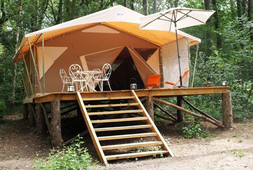 Tente Lodge sur pilotis avec terrasse au glamping La Grande Oust à Bains sur Oust en Bretagne