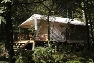 Tente Lodge sur pilotis en plein nature au glamping La Grande Oust à Bains sur Oust en Bretagne