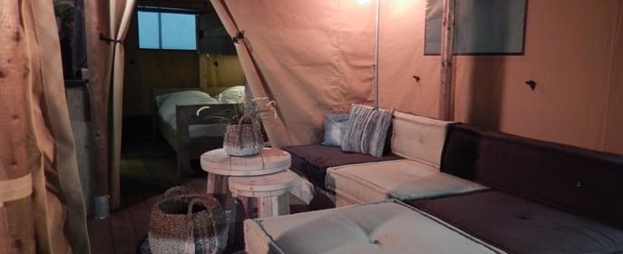 Coin salon Safari Lodge VIP 8 personnes au glamping Village de la Guyonnière à Saint-Julien-des-Landes en Pays de la Loire