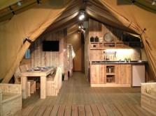 Cuisine salle a manger Safari Lodge 4/6 personnes au glamping Village de la Guyonnière à Saint-Julien-des-Landes en Pays de la Loire