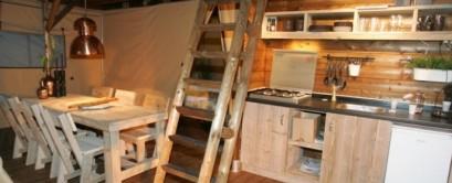 Intérieur Safari Lodge VIP 8 personnes au glamping Village de la Guyonnière à Saint-Julien-des-Landes en Pays de la Loire