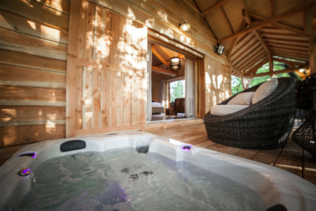 jacuzzi sur la terrasse du lodge st emilion glamping en france. Black Bedroom Furniture Sets. Home Design Ideas