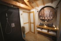 Salle de bain du Natura Lodge avec sa douche à l'italienne au glamping d'Emilion de Sens à Gardegan et Tourtirac en Aquitaine
