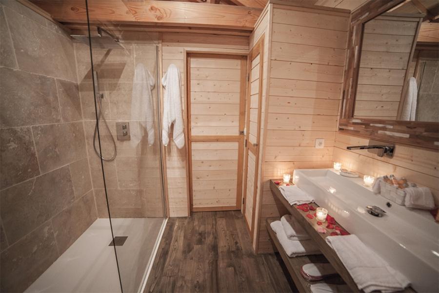 Salle de bain du lodge st emilion avec sa douche l for Douche italienne avec banc