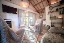 Coin salon du Natura Lodge au glamping d'Emilion de Sens à Gardegan et Tourtirac en Aquitaine