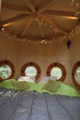 Espace nuit du Pigeonnier à 9 mètres au glamping Les Nids d'Hôtes à Cambo-les-Bains en Aquitaine
