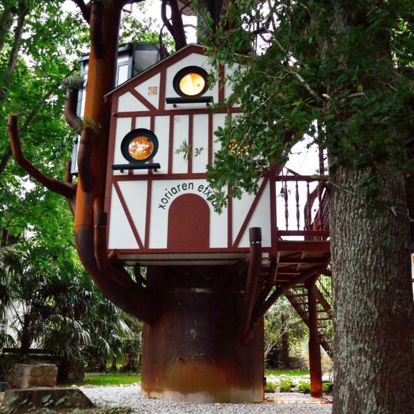 Le Nichoir à 2,20 mètres au glamping Les Nids d'Hôtes à Cambo-les-Bains en Aquitaine