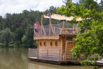 Cabane flottante au glamping du Domaine de l'étang de Bazange à Monfaucon en Aquitaine