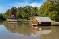 Cabane et tente flottantes au glamping du Domaine de l'étang de Bazange à Monfaucon en Aquitaine