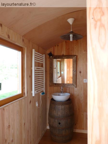 Salle de bain dans la roulotte au glamping La Yourte Nature à Fourneaux en Basse-Normandie