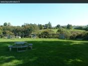 Le jardin et le cadre autour de la yourte au glamping La Yourte Nature à Fourneaux en Basse-Normandie
